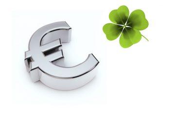 Eurozeichen und grünes Kleeblatt