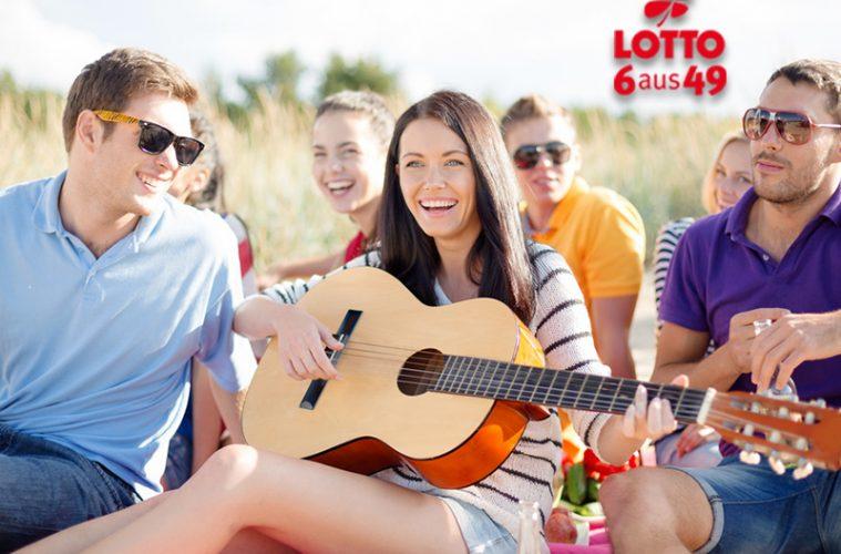 fröhliche Menschen im Sommer mit Gitarre