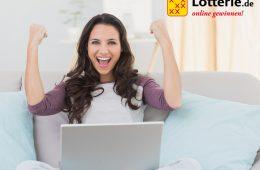 Frau mit Laptop jubelt
