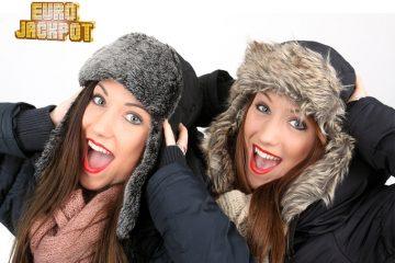 zwei Mädchen mit Mützen