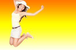 Mädchen springt in die Luft