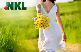 Frau im weißen Kleid mit gelbem Blumenstrauß