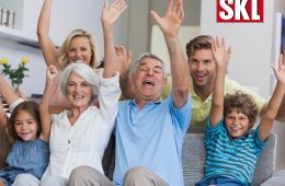 jubelnde Familie auf Sofa