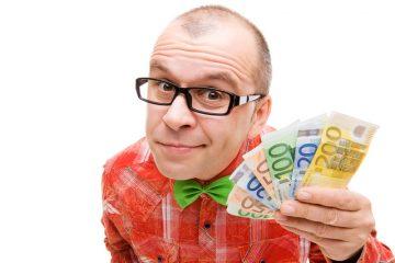Mann bietet Geld an