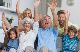 fröhliche Familie auf dem Sofa