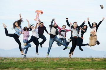 Glückliche Menschen springen in die Luft