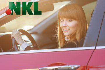 Frau in rotem Auto