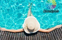 Frau im Swimming Pool
