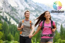 Junges Paar freut sich auf Glücksspirale Extrachance