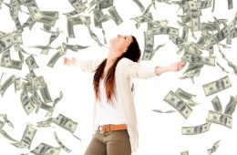 Frau steht im Dollar-Regen