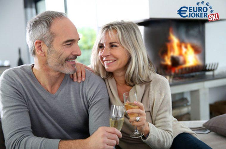 glückliches Renterpaar vor Kamin