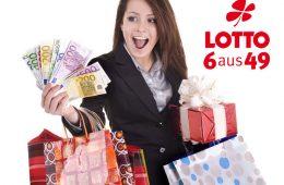 Glückliche Frau mit Taschen und Geld