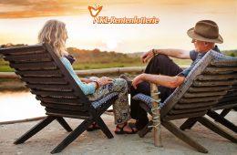 Rentner-Paar sitzt auf Liegestühlen und genießt Ausblick