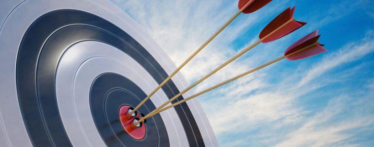 Zielscheibe mit Pfeilen