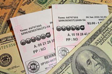 Powerball-Quittung auf Dollar-Scheinen