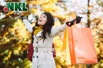 Junge Frau mit Shopping-Tüten im Herbst