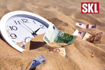 Uhr und Geldscheine im Sand