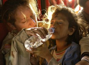 Mädchen mit Trinkwasser