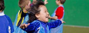 Fröhliches Kind beim Sport