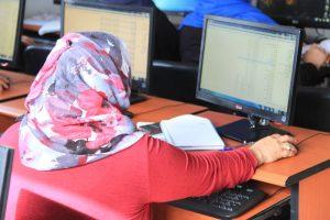 Frau am Computer in Libyen