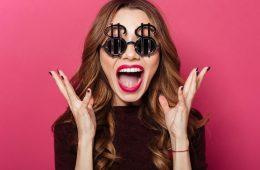 Frau mit Dollar-Brille freut sich