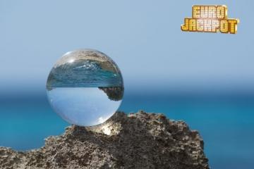 Glaskugel spiegelt Mittelmeer