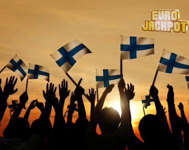 Menschen mit finnischen Flaggen jubeln