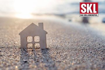 Modell-Haus am Strand bei Sonnenuntergang