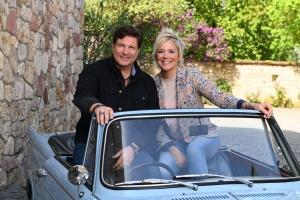 Schauspieler Francis Fulton-Smith und Moderatorin Inka Bause in einem Cabrio