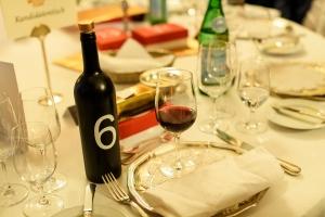 Weinflasche mit Losnummer auf gedecktem Tisch im Schloshotel Kronberg