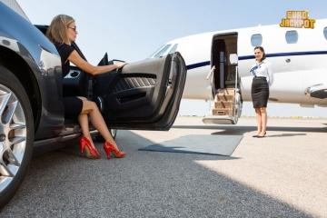 Reiche Frau steigt in Privatjet