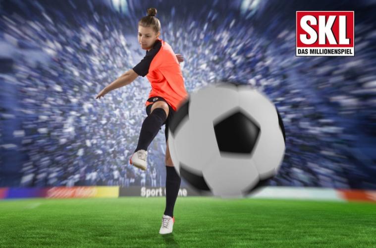 Fußballerin kickt Ball