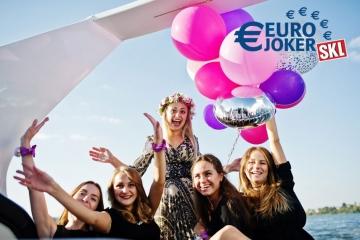 Junge Frauen feiern auf einer Yacht