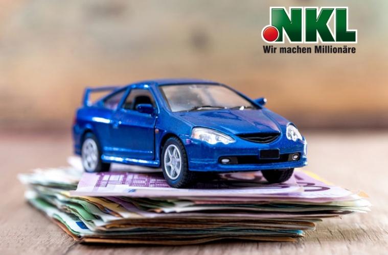 Auto auf Geldstapel