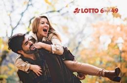 Junges Paar glücklich im Herbst