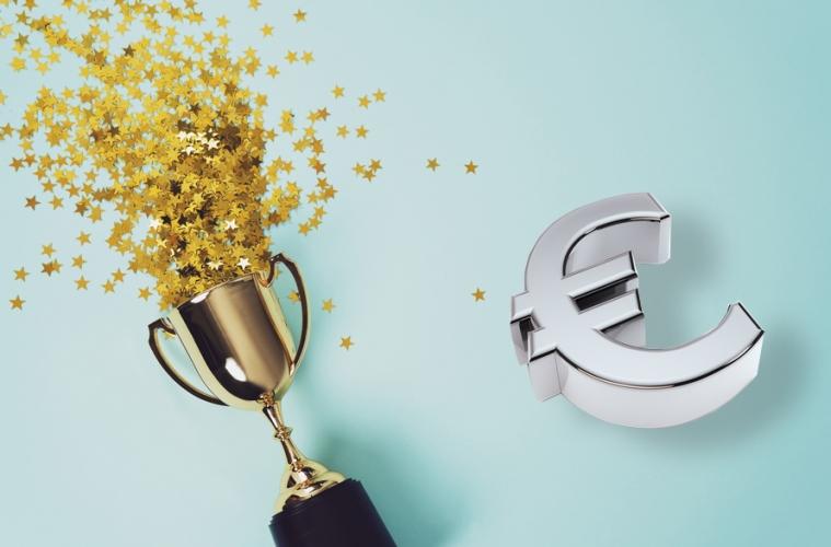 Pokal gefüllt mit goldenen Sternen