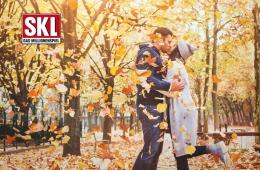 Päärchen küsst sich im Herbst
