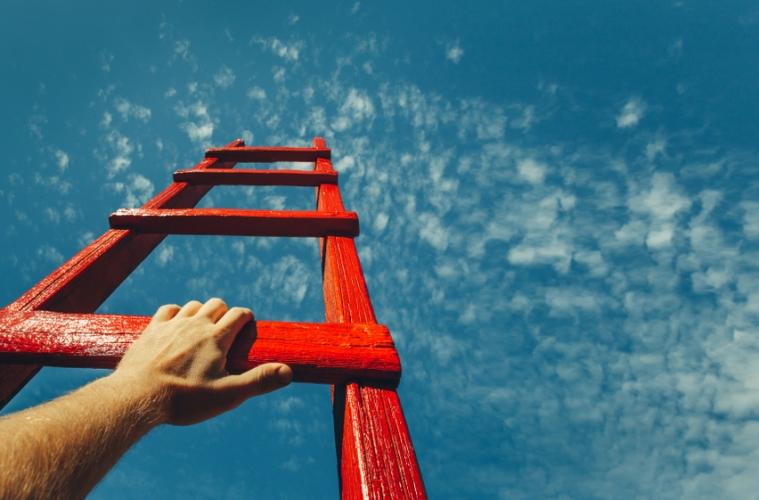 Rote Leiter die in den Himmel führt mit Hand
