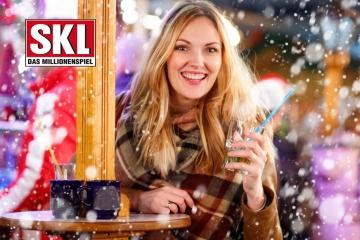 Glückliche Frau am Stand Weihnachtsmarkt SKL