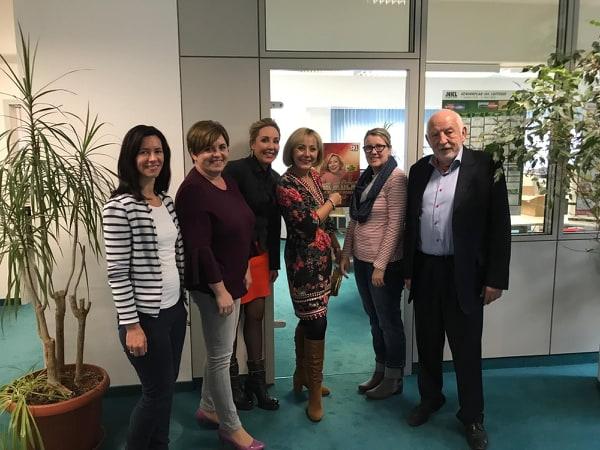 SKL-Millionärin Vesna Vekic mit Team von Lotterieeinnahme Hennes