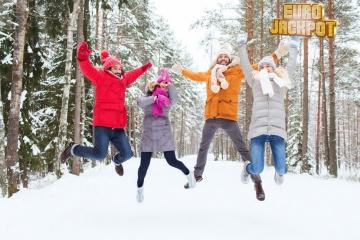 Freunde jubeln bei Spaziergang im Schnee
