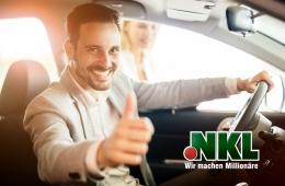 Mann zeigt Daumen in Auto
