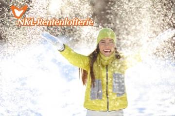 Junge Frau freut sich im Schnee