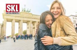 Zwei glückliche Frauen vor dem Brandenburger Tor in Berlin