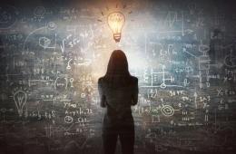 Frau betrachtet mathematische Formeln
