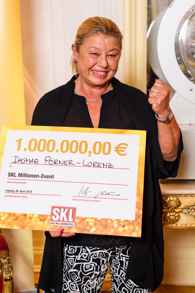 Mittelfränkin jubelt über ihren Gewinn von 1 Million € beim SKL Millionen-Event