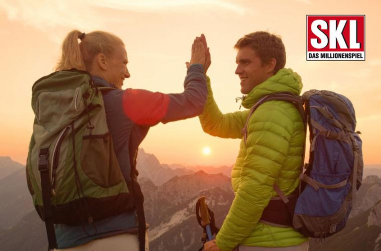 Junges Paar klatscht sich ab bei Bergwanderung