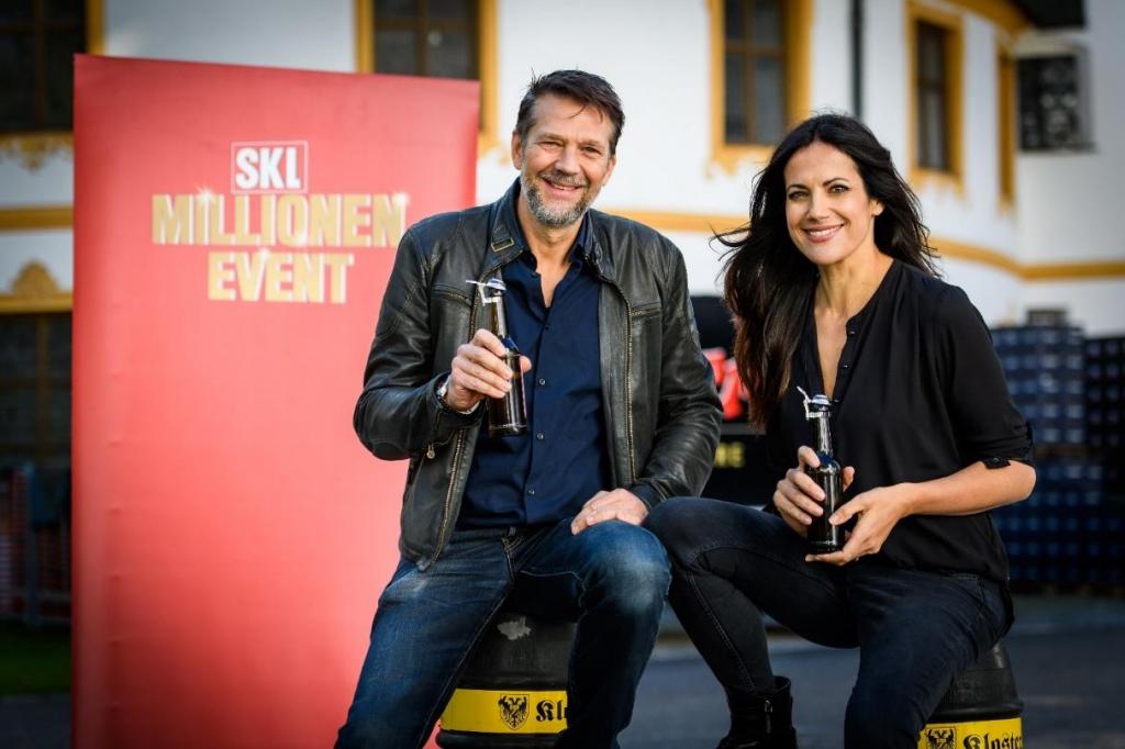 Kai Wiesinger und Bettina Zimmermann halten Bierflaschen