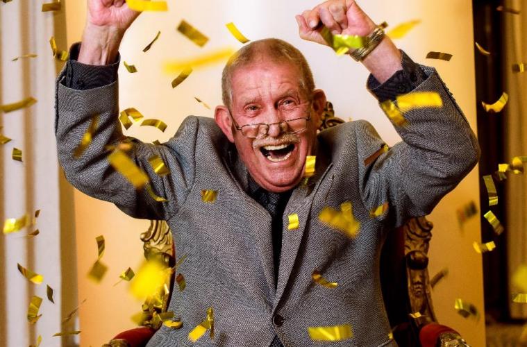 Uwe Bindernagel freut sich mit Konfetti beim SKL-Millionen-Event
