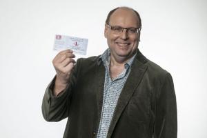 SKL-Kandidat Andreas Müller hält SKL-Los in der Hand